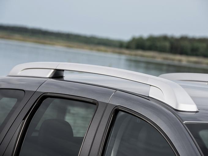 Серебристые Багажные рейлинги на крыше положены Terrano начиная со второй комплектации «Элеганс» – у базовой машины они черные. А 16-дюймовые диски из легкого сплава – признак двух верхних комплектаций