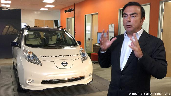 Глава Renault-Nissan Карлос Гон на фоне автомобиля с автономным вождением