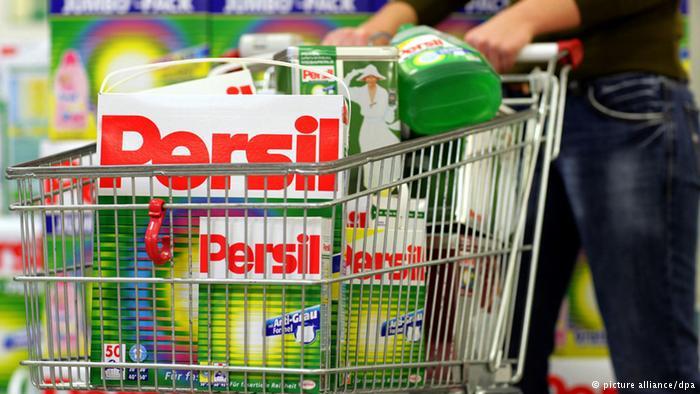 Тележка в супермаркете с пачками стирального порошка Persil