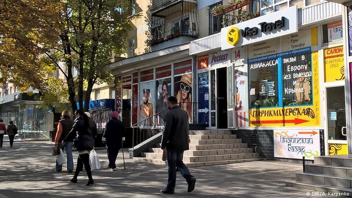 Туристическое бюро, парикмахерская и салон Фабрика грез на одной крымских улиц