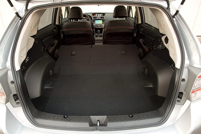 Маленький багажник XV унаследовал отхэтчбека Impreza, набазе которого он построен. Но если разложить диван, объем можно увеличить до 1200см3