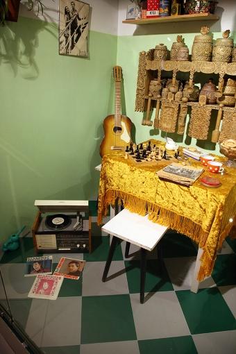 Набор кухонной утвари из березы, подаренный Высоцким в 1972 г. Марине Влади на День рождения, и другие предметы из последней квартиры поэта на Малой Грузинской, 28