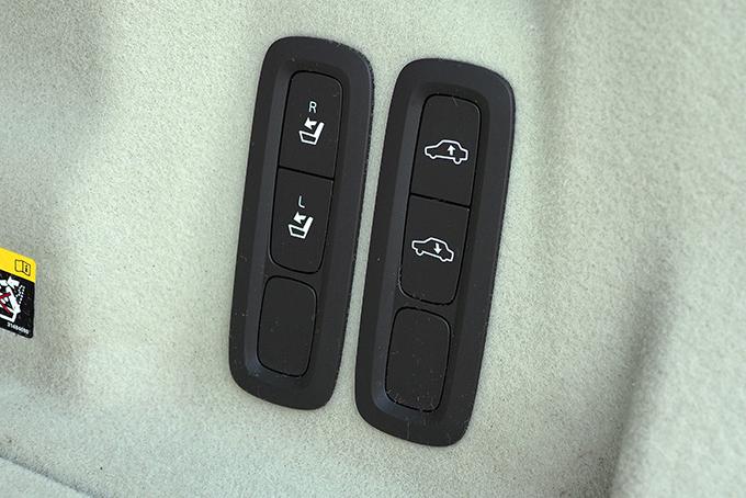 Наверсиях XC60 II спневмоподвеской дополнительно притопить корму при погрузке/выгрузке поклажи можно, нажав кнопку направой стенке багажного отсека. Там же – клавиши складывания двухсекционной спинки дивана