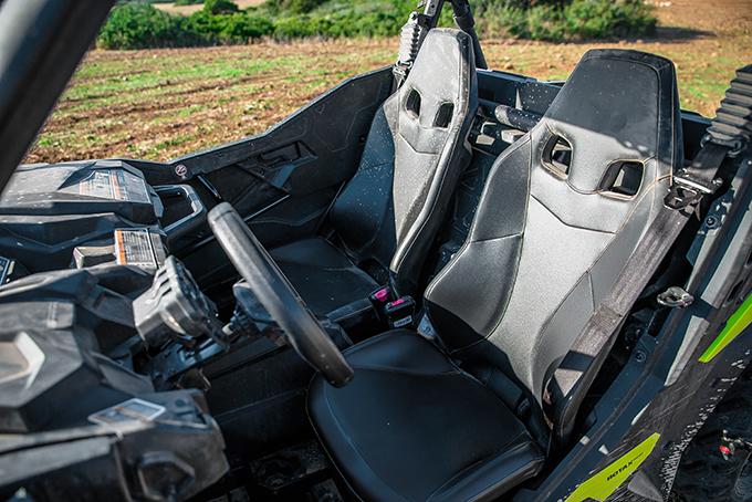 Спортивно, но не жестко. Диапазон регулировки водительского кресла впродольной плоскости составляет 12,7см. Кстати, несмотря навнешнюю спортивность, сами по себе сиденья очень мягкие