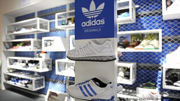 Стенд с кроссовками Adidas