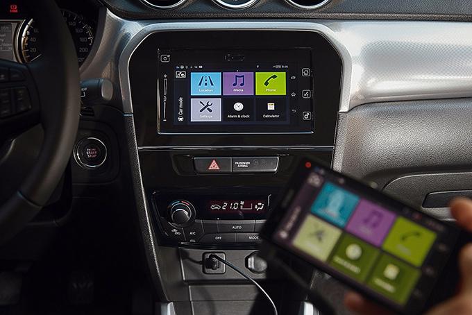 В оснащение «Витары» входит мультимедийная система ссемидюймовым сенсорным дисплеем, к которой можно подключить смартфон. Иными словами, кроссовер отвечает всем современным требованиям