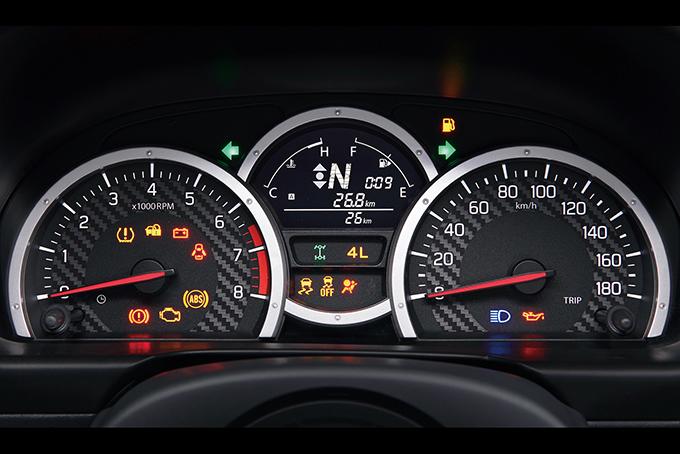Стильная исовременная панель,сменившая довольно простенькую прежде «приборку», прекрасно читается, позволяя водителю сосредоточить внимание надороге или бездорожье