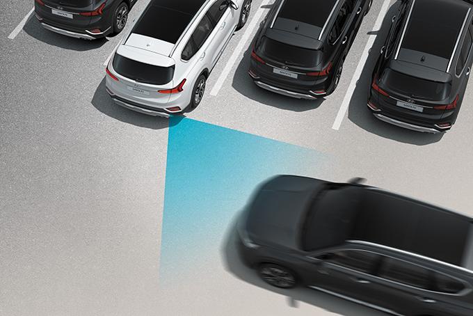 Впервые модель Hyundai использует систему предупреждения столкновений при выезде спарковки задним ходом.