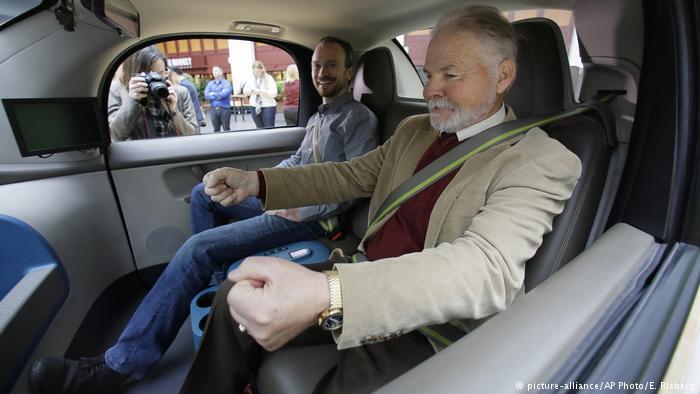 Слепой водитель в беспилотном автомобиле Google