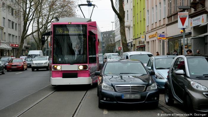 Автомобиль, запаркованный во втором ряду в Дюссельдорфе