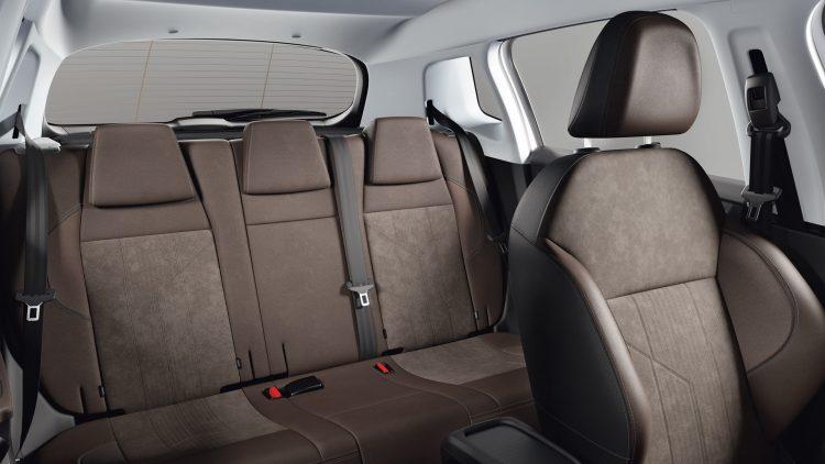Удобный и просторный салон Peugeot 2008