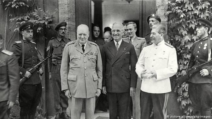 Лидеры держав-победительниц Черчилль, Трумэн и Сталин перед входом во дворец Цецилиенхоф в августе 1945 года