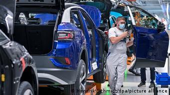 На конвейере завода Volkswagen в Цвиккау идет сборка электромобиля ID.4