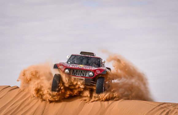 Dakar Rally 2020 – Carlos Sainz wins the Dakar for the third time and presents MINI with its fifth overall victory