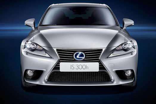 Lexus IS вид спереди.