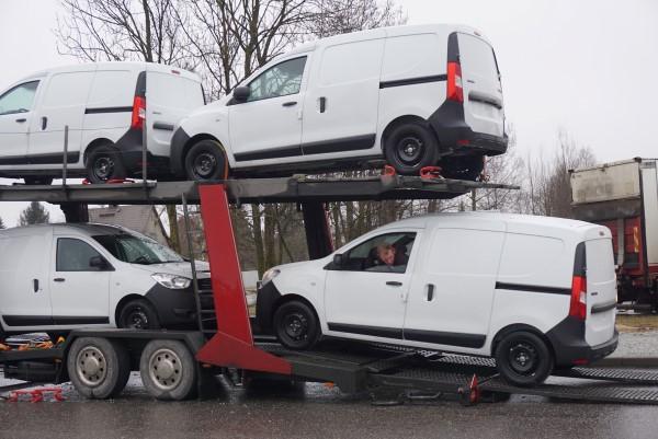 Автомобиль Dacia Dokker сгружаются с трейлера.