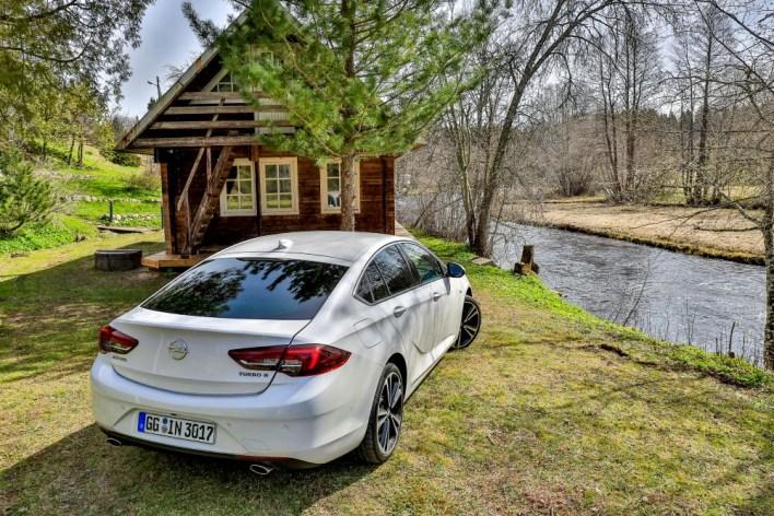 Новая Opel Insignia Grand Sport не боится съезжать с асфальта.