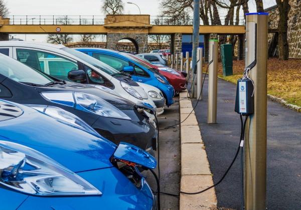 Электромобили заряжаемые на улице Осло.
