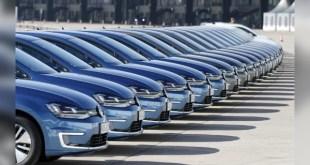Новые автомобили ждут покупателей.
