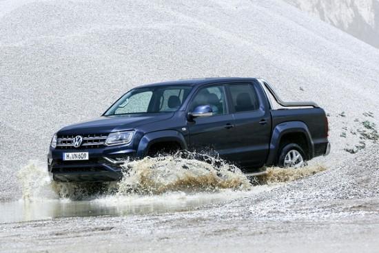 На фото VW Amarok преодолевает водную преграду.