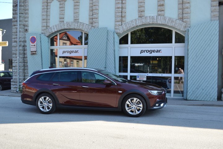 Фото Opel Insignia Country Tourer турбодизель 4x4 - вид справа.