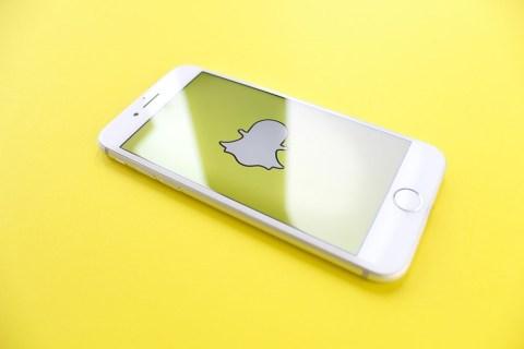 Как получить фильтр с оранжевой датой сбоку на Snapchat