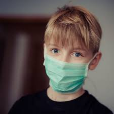 enfant portant un masque chirurgical