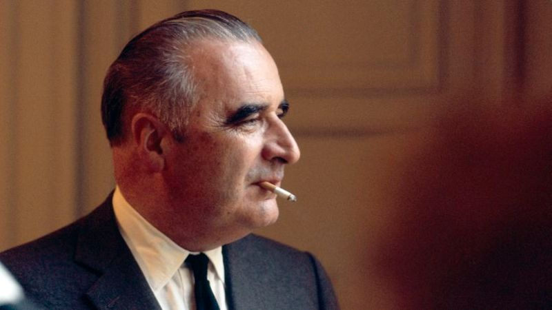 Georges POMPIDOU dans son bureau de Latour Maubour