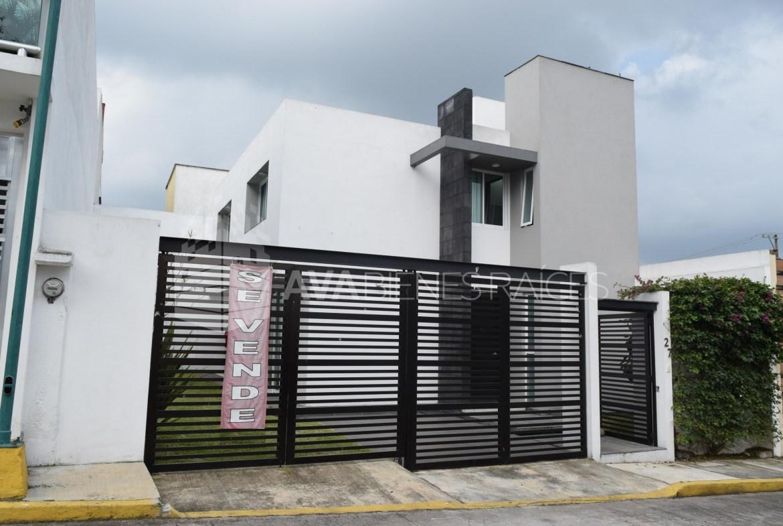 Hermosa casa en venta con amplio terreno y jardin