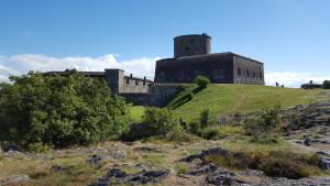 Die Carlsten Festung. Von See aus erkennt man nur den oberen Teil mit Wehrturm und erahnt die wahre Größe nicht.
