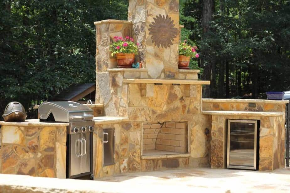 Calm Outdoor Kitchen Backsplash