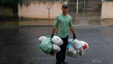 coletor de lixo em meio a chuva