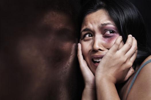 Homem agride mulher e é preso pela polícia