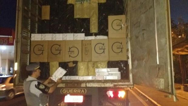 caixas no caminhão