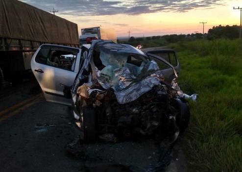 Batida em rodovia deixa três jovens mortos, em Paranapanema