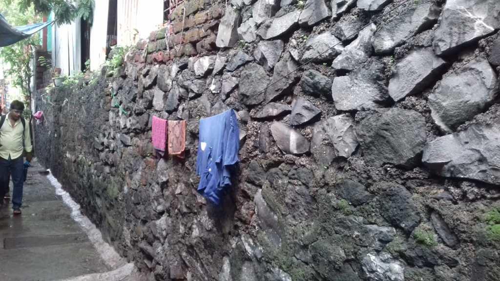 मँगो गार्डन जवळील कमकुवत संरक्षक भिंत