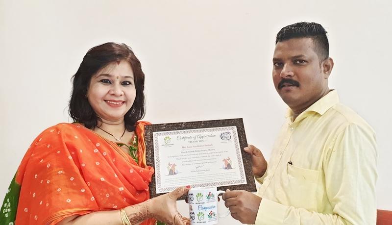 पॉज मुंबईचे संस्थापक, तसेच मानद जिल्हा प्राणी कल्याण अधिकारी सुनीष सुब्रमण्यम प्राणीमित्र रूपा अंबर्ले यांचा सन्मान करताना