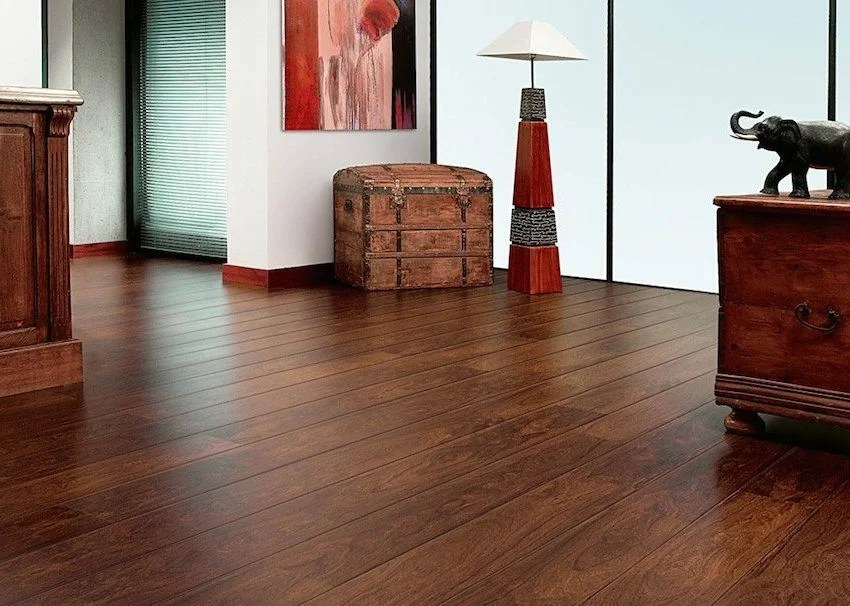 Laminate, laid without thresholds, visually increases the room area
