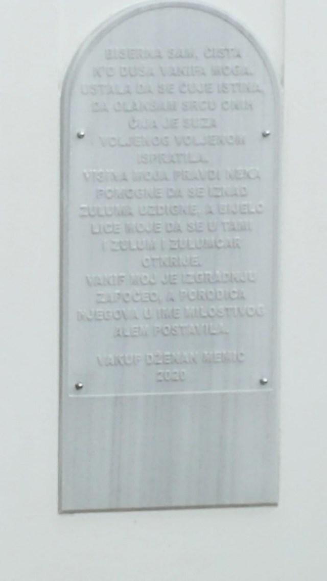 Spomen ploča na munari džamije Mesdžida Glavogodina