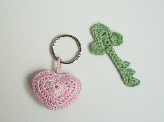 porte clé coeur au crochet appliqué clé