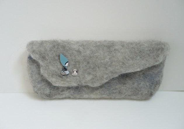 pochette grise laine feutrée chaperon bleu
