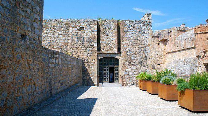 Puerta de entrada al antiguo revellín del castillo de Salses, reconvertido en sala de recepción de visitantes y tienda