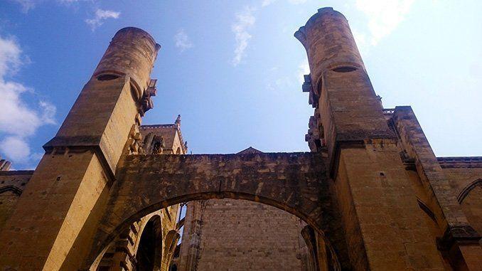 Una parte de la catedral inacabada, en el patio de Saint Eutrope,