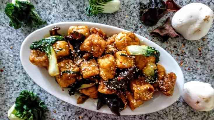 Tofu con Cavolo e Funghi Cinesi servito