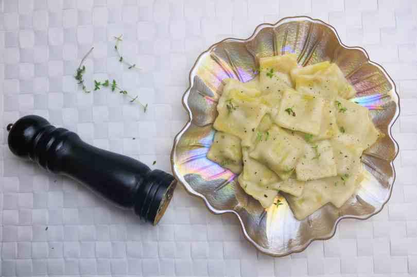 ravioli zucca vegan su piatto da portata