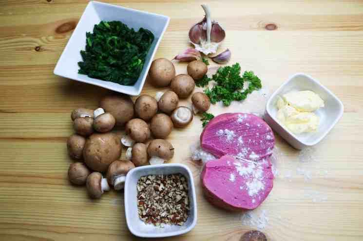ingredienti per Tagliatelle alla Rapa Rossa con Ragù di Funghi