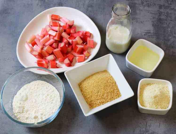 ingredienti per preparale la torta soffice al rabarbaro