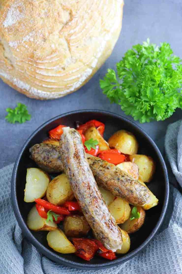 salsicce vegan senza glutine su piatto da portata con pane