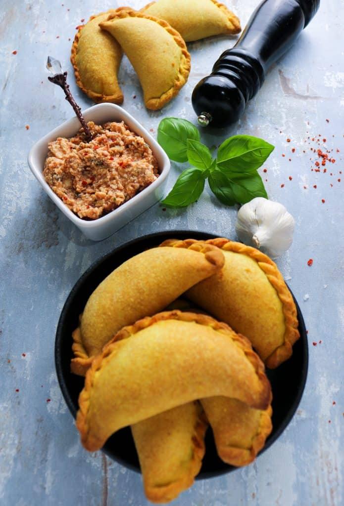 empanadas alla mediterranea su piatto da portata