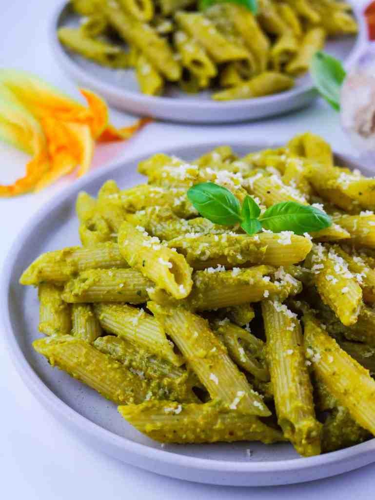 pasta col pesto vegan di fiori di zucca su piatto in primo piano